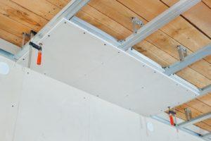 Чнм отделать деревянный потолок