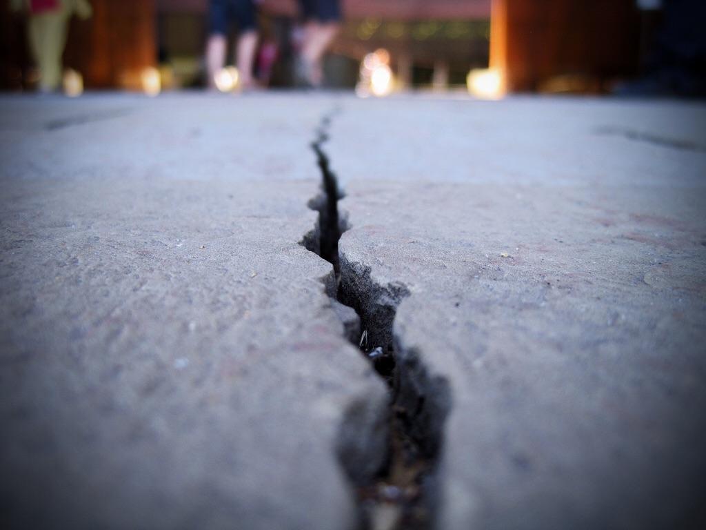 Проблемы с бетонными плитами из-за усадки здания