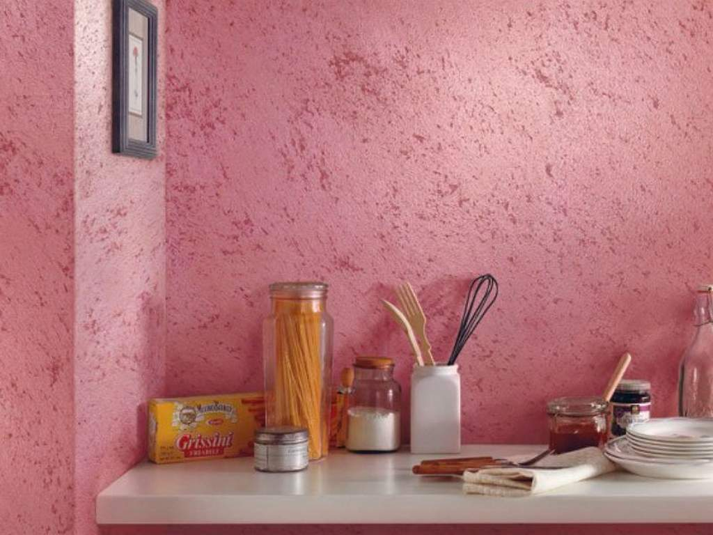 Декоративная штукатурка на стене в кухне