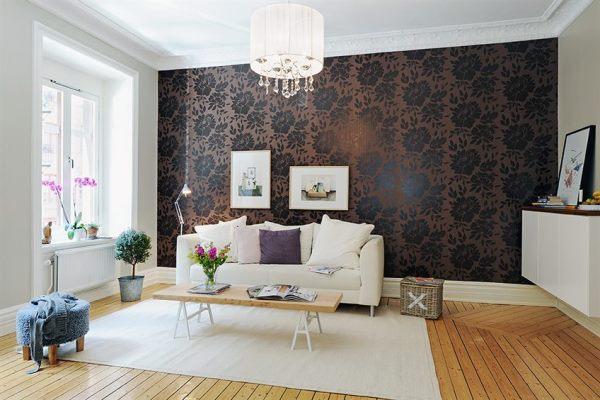 Дизайн гостиной с обоями двух цветов