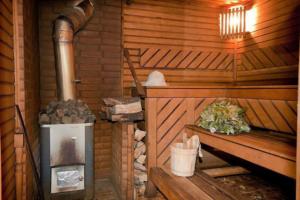 Еще один секрет эффективного сохранения тепла – использование в бане маленьких окошек