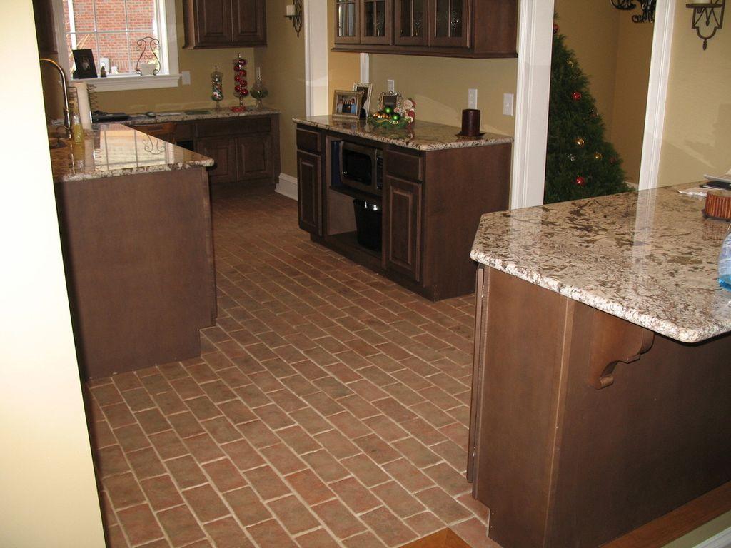 Коричневая напольная плитка на пол кухни