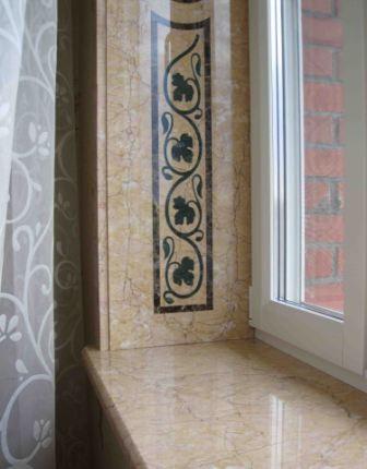 Мраморный откос с мозаичным панно