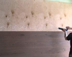 Нанесение клея на стену