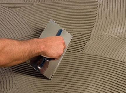Нанесение плиточного клея на поверхность