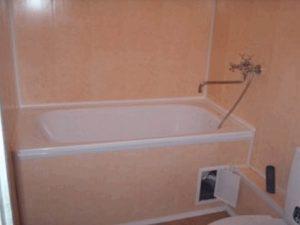 Однотонные панели в ванной