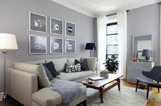Однотонные серые обои в небольшой гостиной