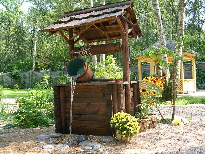 Оформление колодца в деревенском стиле