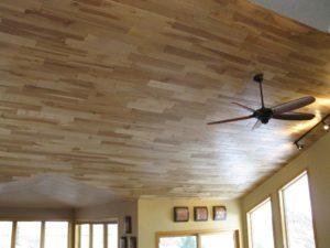 Оформление потолка с помощью ламината