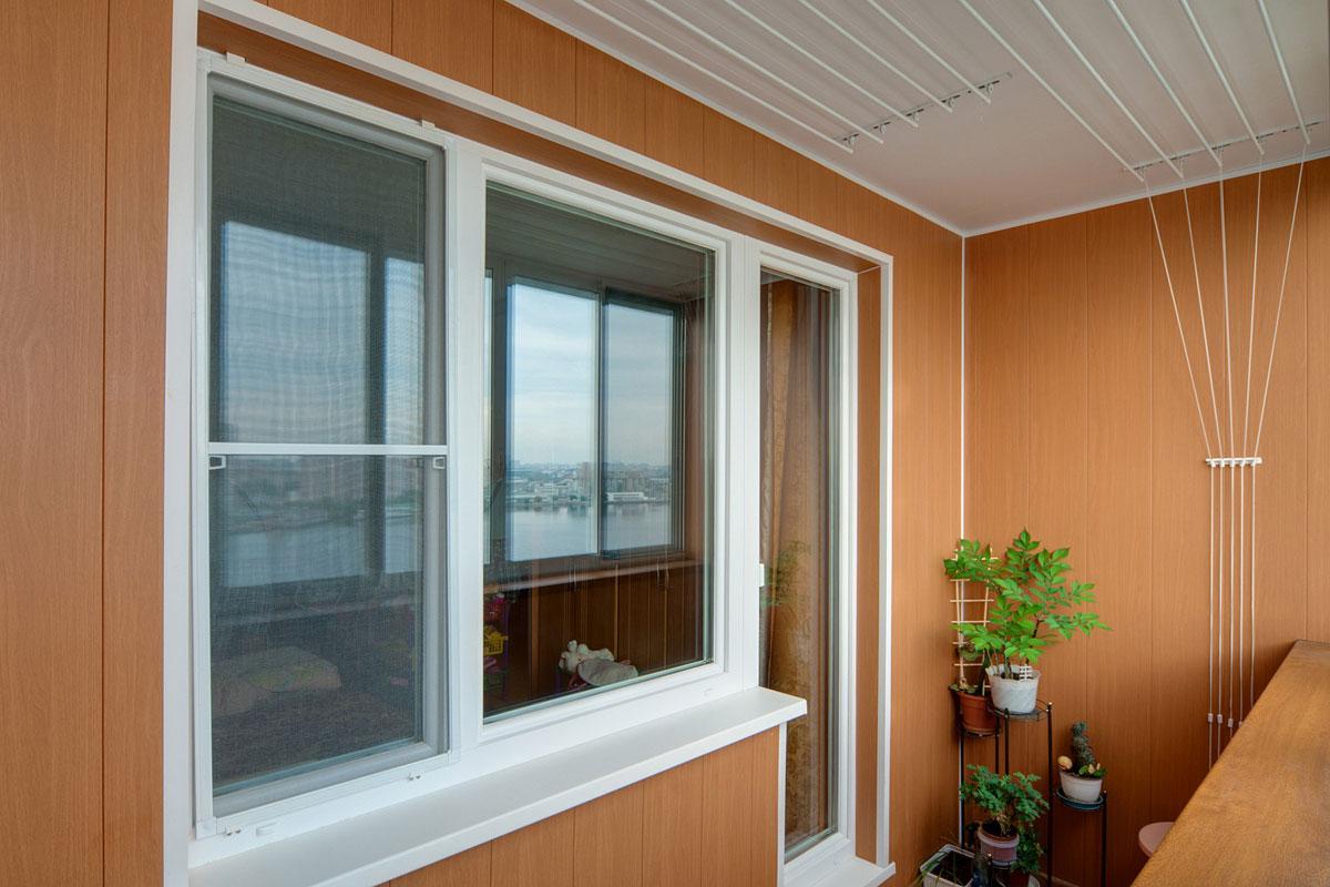 Остекление и отделка балкона пластиком.