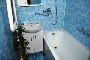 Отделку ванной панелями МДФ начнем от потолка