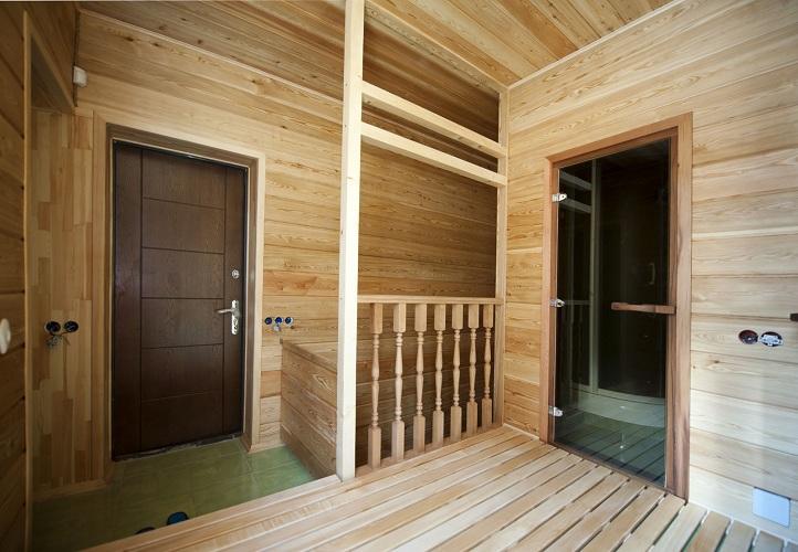 Помимо декоративных и экологических свойств, внутренняя отделка деревом несет и сугубо функциональную нагрузку