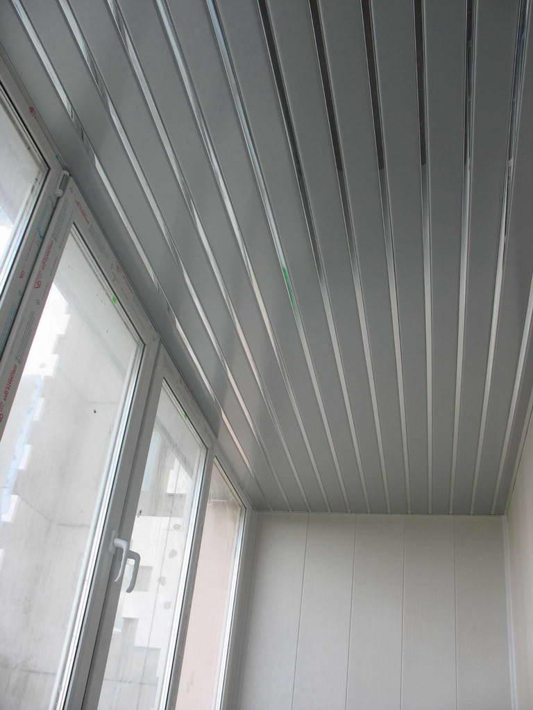 Потолок на балконе пластиковыми панелями