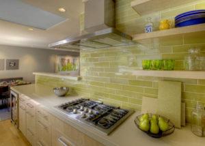 Пример кухонного фартука, на современной кухне, выложенного плиткой