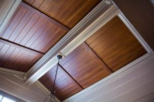 Шпонированные деревянные панели на потолке