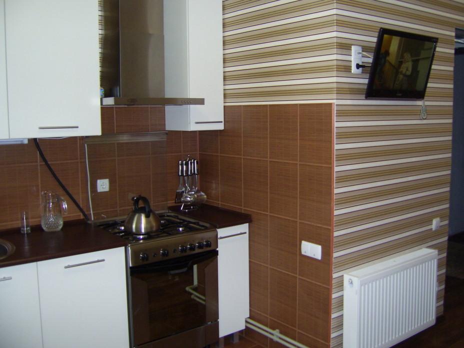 Сочетание полосатых обоев и коричневой плитки
