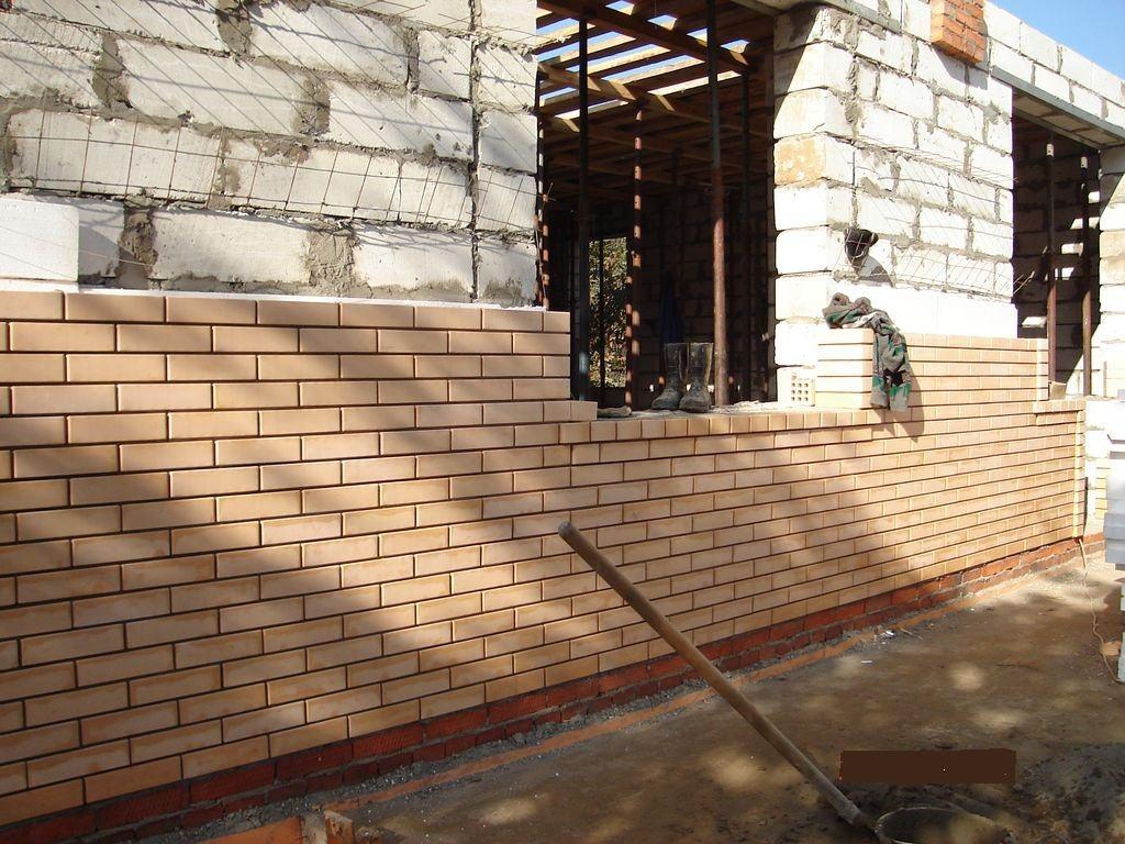 Стены из газобетона, облицованные кирпичом