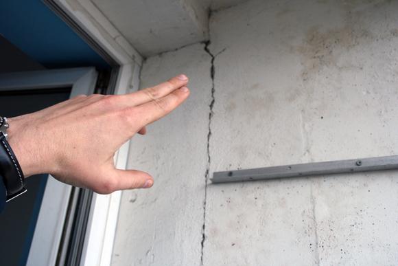 Трещины в зонах примыкания наружных панелей