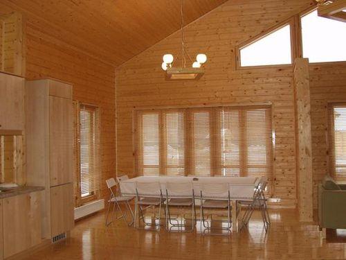 Внутренняя отделка дома вагонкой, невзирая на простоту, требует аккуратности и внимания