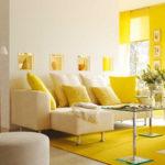 Гостиная в квартире желтого цвета с привлекательным дизайном