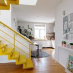 Квартира в несколько этажей с ярким желтым дизайном