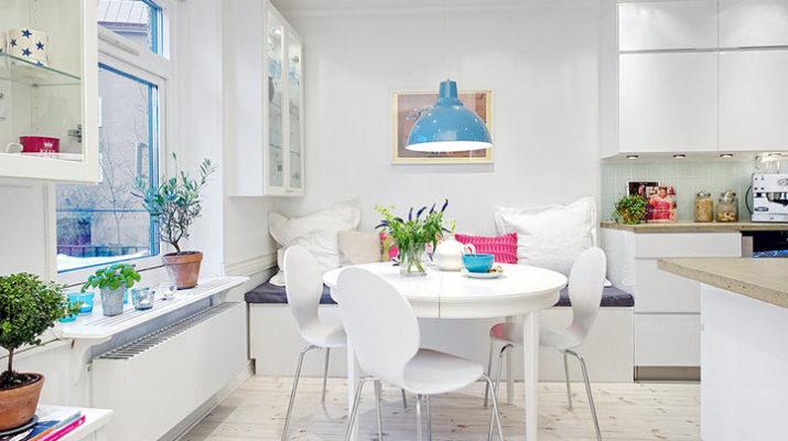 Яркий дизайн белой большой квартиры