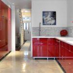 дизайн красной квартиры с белыми деталями