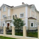 Белые цвета фасада частного дома