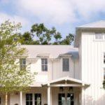 Белый фасад частного дома