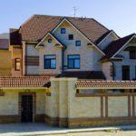 Большой частный дом с ярким бежевым дизайном