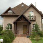 Большой дом бежевого цвета