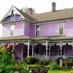 Большой дом фиолетового цвета