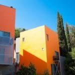 Большой оранжевый дом с оригинальным дизайном