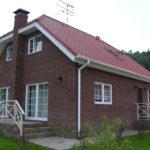 Бордовый дом