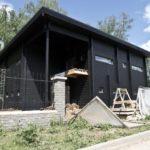 Деревянный дом черного цвета с красивым дизайном