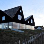 Дизайн большого дома черного цвета
