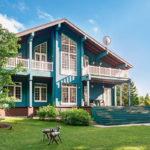 Оригинальный дизайн дома бирюзового цвета