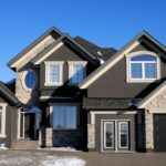 Дом черного цвета с необычным дизайном