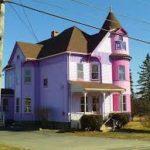 Дом фиолетового цвета