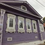 Дом фиолетового цвета с уютным дизайном