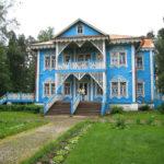 Дом голубого цвета с привлекательным дизайном