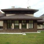 Дом коричневого цвета с привлекательным дизайном