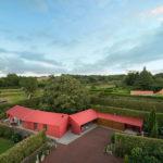 Дом красного цвета с современным дизайном