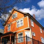 Дом оранжевого цвета