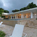 Дом с красивым дизайном белого цвета