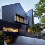 Дом с красивым дизайном черного цвета