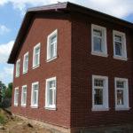 Дом с красивым фасадом бордового цвета