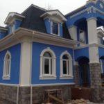 Дом синего насыщенного цвета с оригинальным дизайном