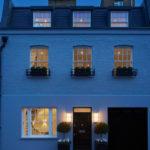 Дом синего приятного тона с ярким дизайном