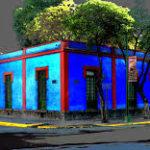 Дом синего цвета с красивым дизайном